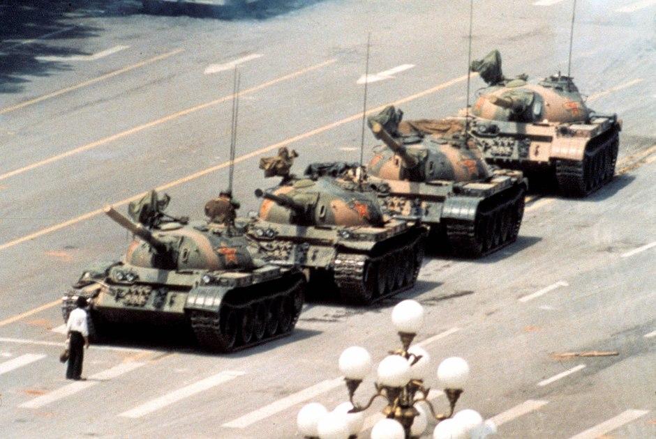 El hombre tanque, foto icónica de los sucesos de Tiananmen. Ph.  Jeff Widener