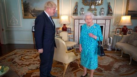 Boris Johnson formaliza su mandato ante la reina Isabel II. Ph. AFP